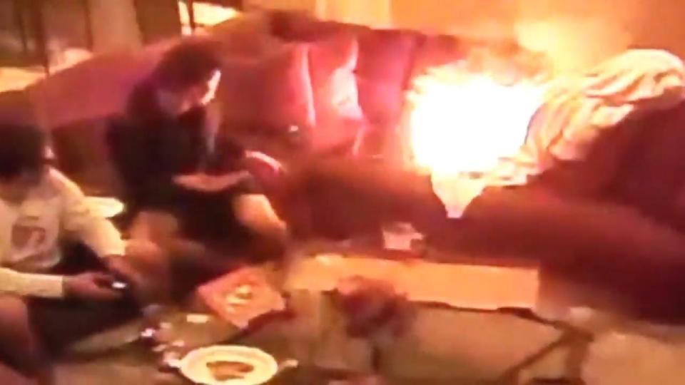 Explosão do laptop em cima de um sofá