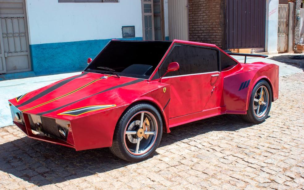 Jovem investe R$ 6 mil e cria Ferrari artesanal (Foto: Marcos Domício/Site Paramirim Eventos)
