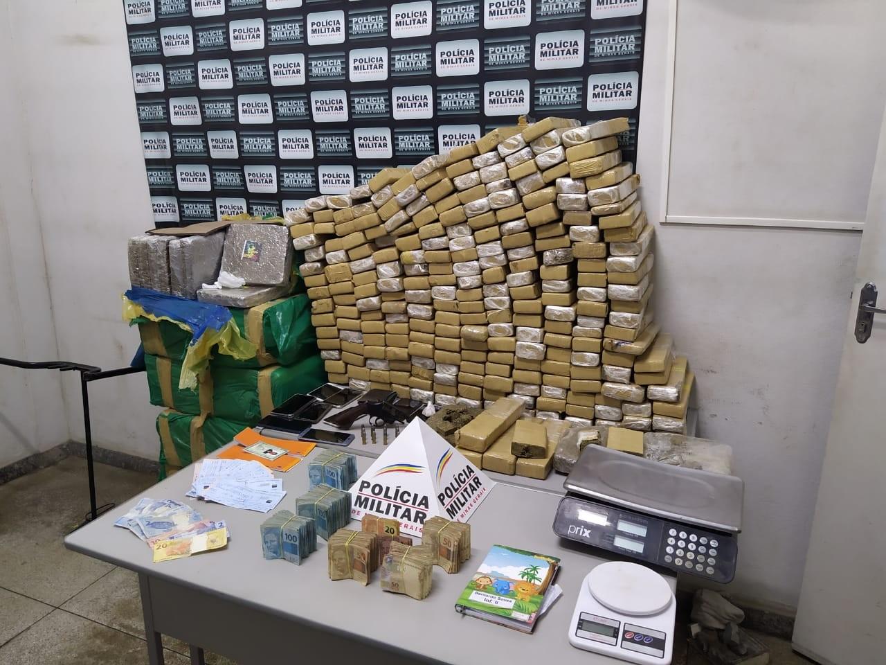 PM apreende mais de 380 kg de maconha e R$ 115 mil em Pará de Minas