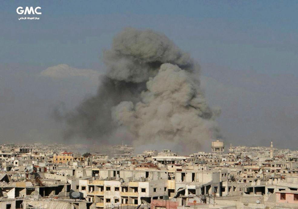 Grupo ativista contra o governo sírio divulgou foto de ataque aéreo em Guta Oriental, na sexta-feira (23)  (Foto: Ghouta Media Center via AP)