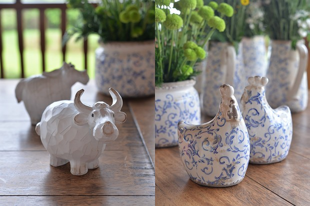 Boi de resina e galinhas de cerâmica com motivos azuis, à venda na Camicado  (Foto: Divulgação)