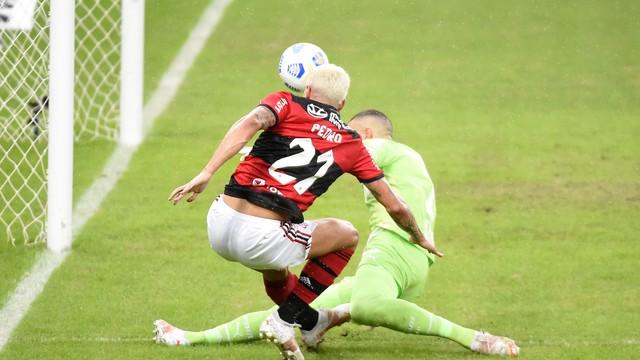 Chance de Pedro defendida por Weverton, Flamengo x Palmeiras