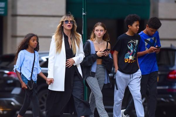 A modelo Heidi Klum em passeio com os quatro filhos (Foto: Getty Images)