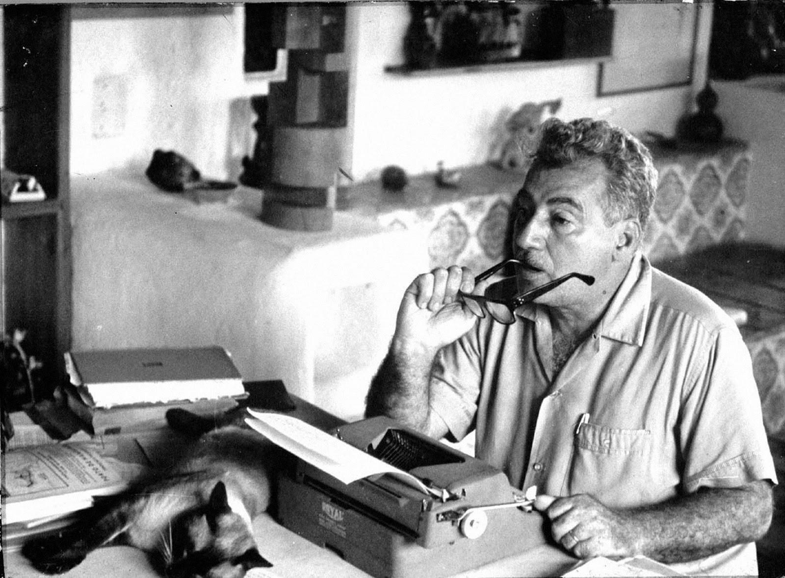 Na Casa de Jorge Amado, no Pelourinho, em Salvador, é possível ver a máquina Royal portátil que o escritor usou para escrever boa parte de sua obra (Foto: Reprodução)