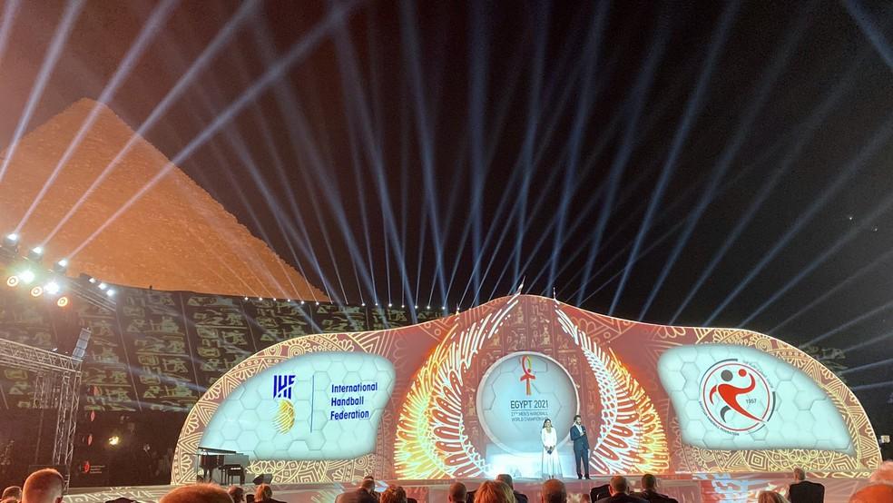 Sorteio do Mundial de handebol foi aos pés das pirâmides de Gize — Foto: Reprodução/Twitter