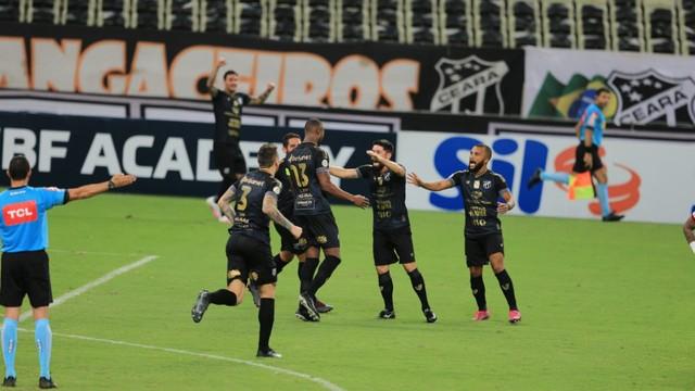Jogadores do Ceará comemoram gol sobre o Flamengo