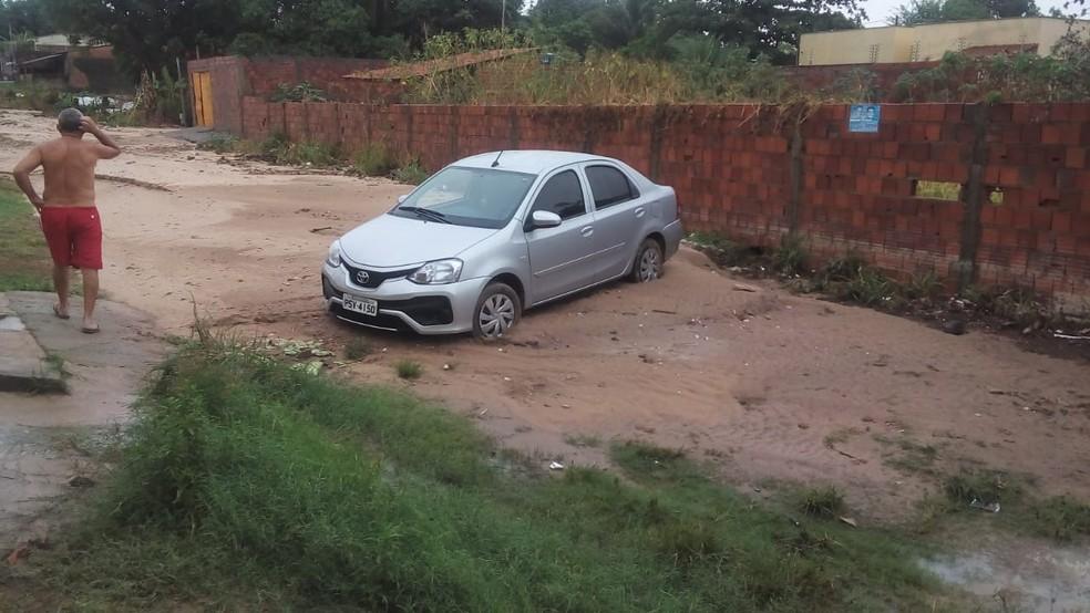 Carro fica atolado na Rua Porto Rico, no bairro Parque Araçagi, após chuva forte em São Luís — Foto: Janaína Bordalo/TV Mirante
