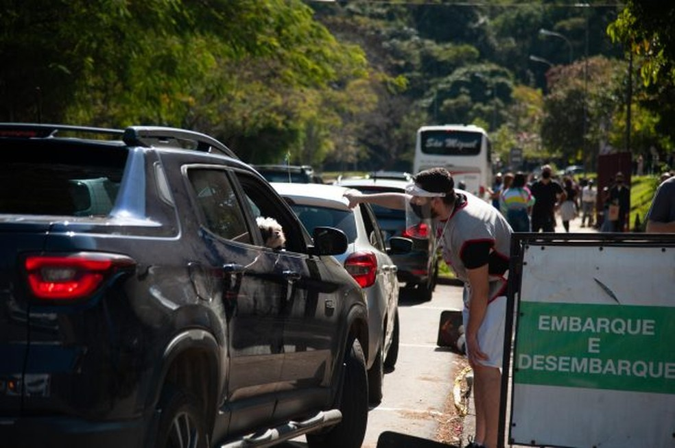 Os fiscais estarão vestindo coletes cinza e crachás de identificação — Foto: UFJF/Divulgação
