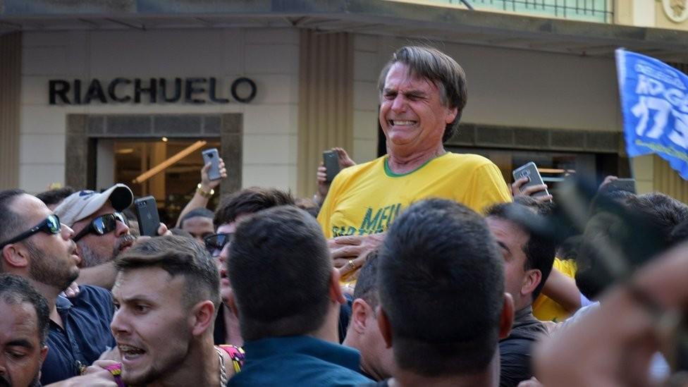 Após o atentado contra Bolsonaro, seu filho Flávio afirmou no Twitter: 'Acabaram de eleger o presidente' (Foto: Getty Images via BBC News)