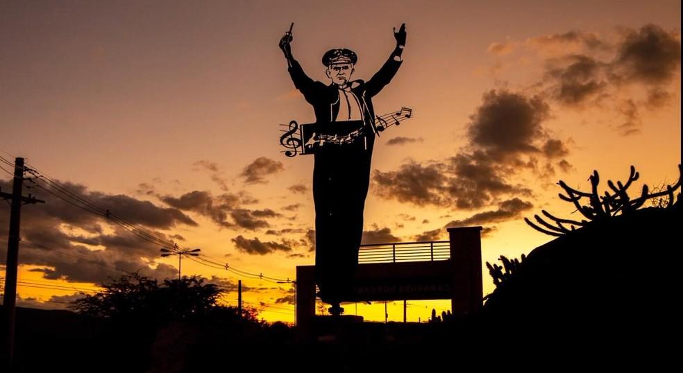 Estátua em homenagem da Tonheca Dantas, em Carnaúba dos Dantas, RN — Foto: FJA/Divulgação