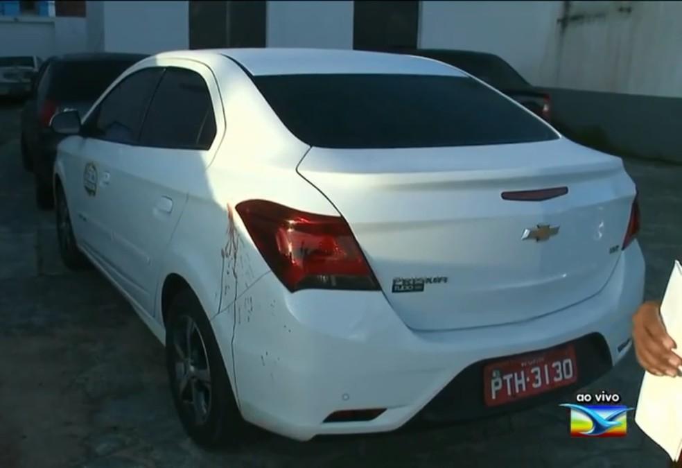 Táxi roubado perto do Bairro de Fátima foi encontrado no Anil com homem baleado — Foto: Reprodução / TV Mirante