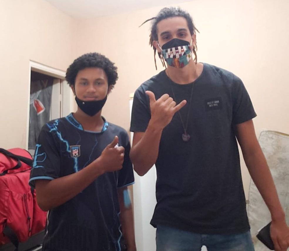 Vagner e Gersínio se encontraram após mobilização na internet para localizar o entregador — Foto: Arquivo pessoal