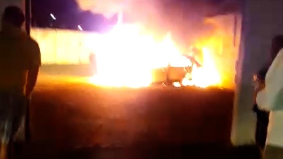 Incêndio destruiu quatro veículos no pátio da secretaria  (Foto: Redes Sociais)