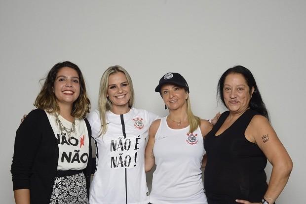 Fabiola Bueno Souza (do coletivo Não é Não), Milene Domingues (embaixadora do time feminino de futebol do Corinthians), Cristiane Gambaré (diretora do time feminino de futebol do Corinthians) e Edna Murad Hadlik (vice-presidente do Corinthians) (Foto: Carolina Vianna)