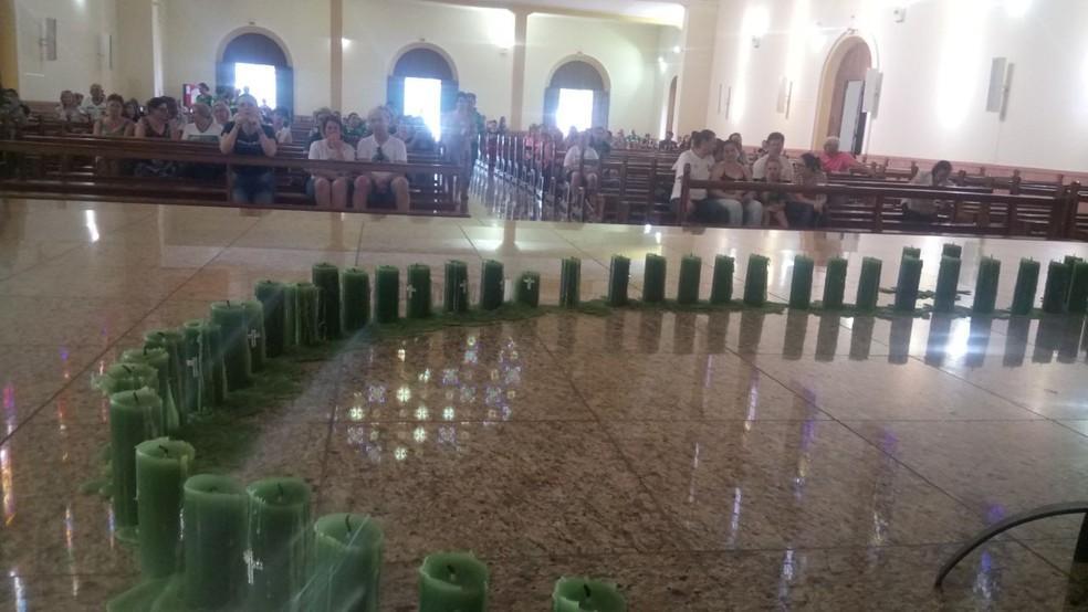 Altar da catedral de Chapecó é decorado com 71 velas na noite desta quarta-feira (29) para missa em homenagem às vítimas do acidente aéreo com a Chapecoense (Foto: Gabriela Machado/NSC TV)