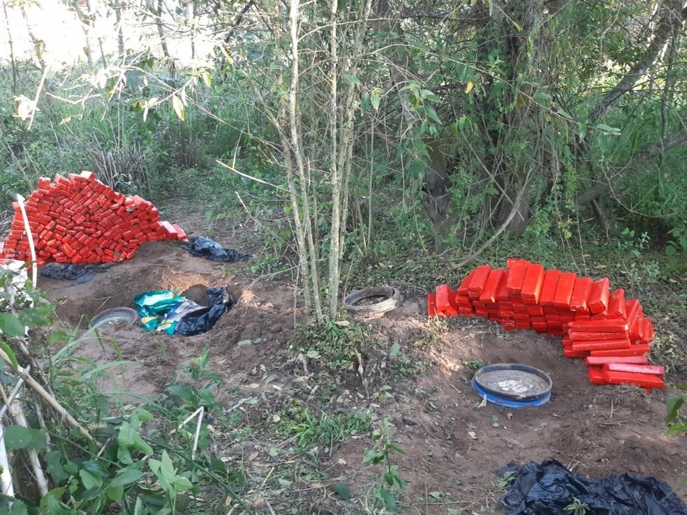 Polícia apreende maconha e skunk enterrados em sítio de Jafa, distrito de Garça — Foto: Polícia Militar/Divulgação