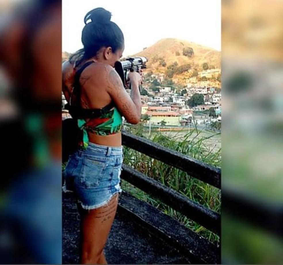 Hello Kitty posa mirando com arma em São Gonçalo — Foto: Reprodução/Arquivo Pessoal