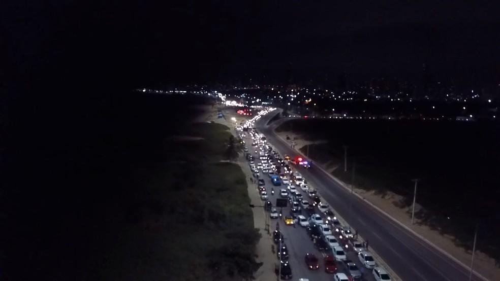 Trânsito ficou parado na entrada da Ponte Newton Navarro, no sentido que dá acesso à Zona Norte de Natal (Foto: Wilkson Chacon)