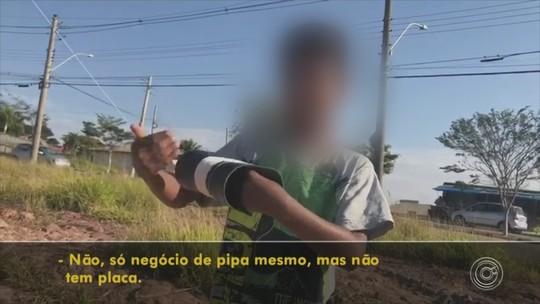 Crianças se arriscam com pipa perto de rodovia em Itatiba