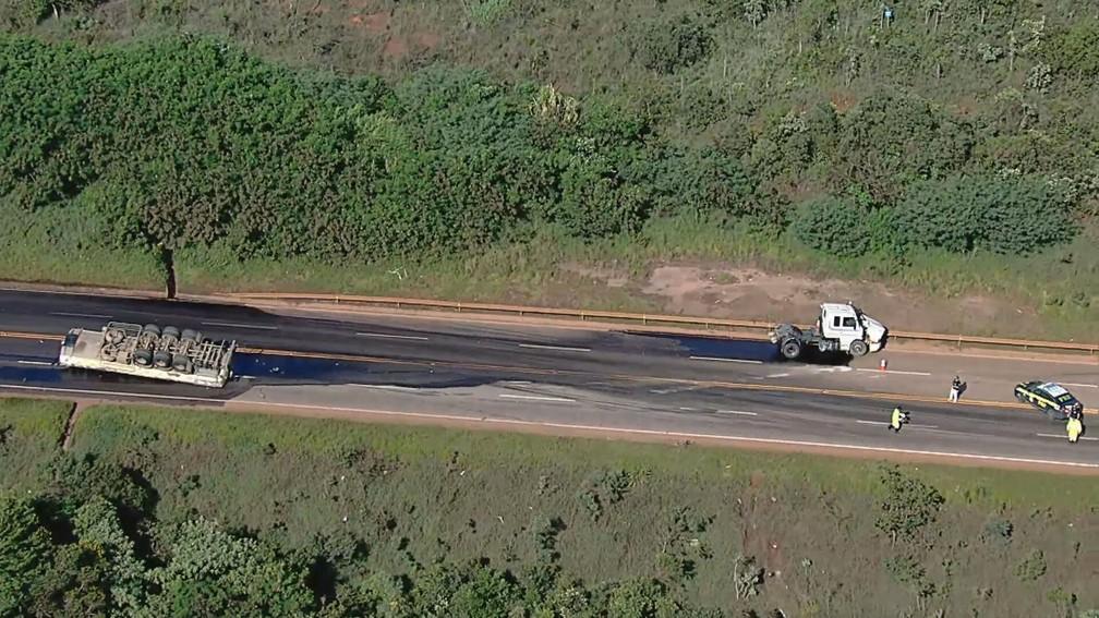 Carroceria e cabine de carreta se desprendem em acidente na BR-040 — Foto: Reprodução/TV Globo
