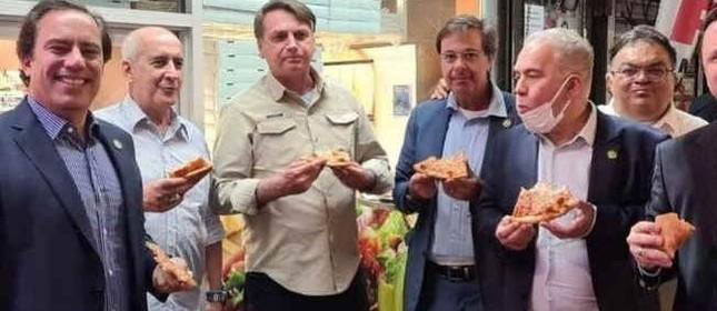 Jair Bolsonaro e ministros comem pizza na calçada em Nova York