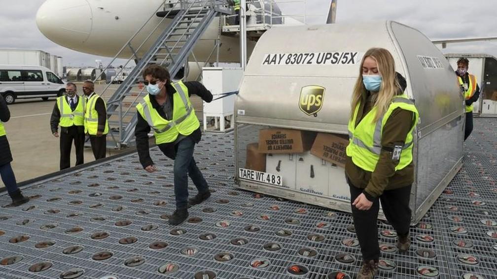 Aviões de carga e caminhões estão distribuindo doses da vacina Pfizer-BioNTech para os 50 Estados. — Foto: Getty Images via BBC