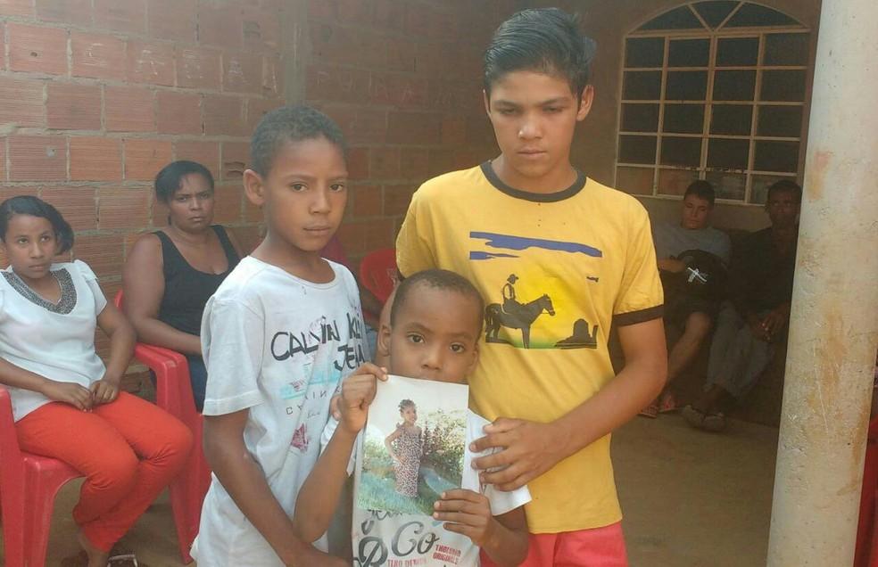 Irmão de Ana Clara mostram foto da vítima de ataque a creche em Janaúba, MG (Foto: Juliana Peixoto/ G1)