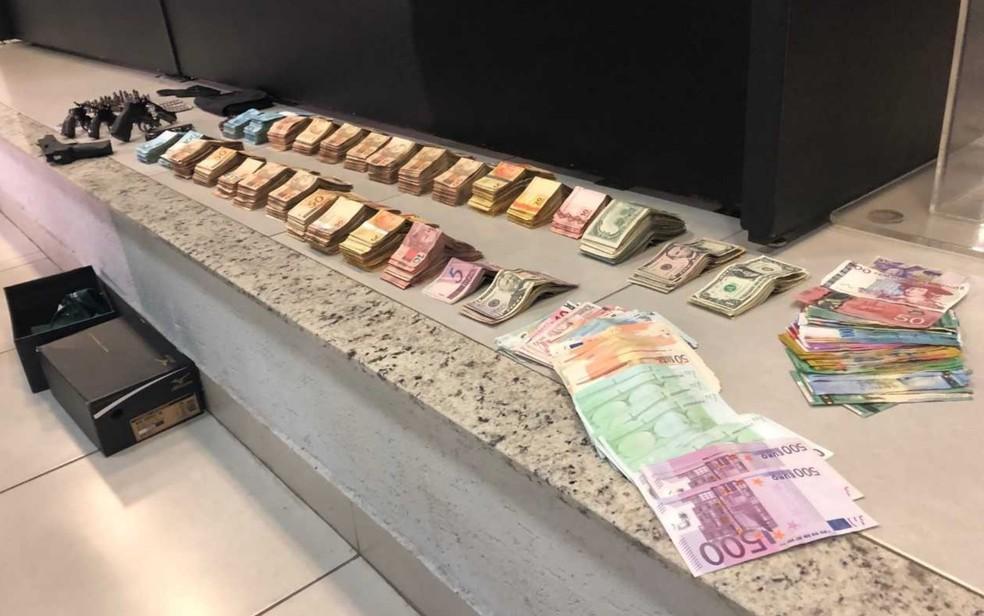 Dinheiro e armas apreendidos em casa de João de Deus — Foto: Murillo Velasco/G1