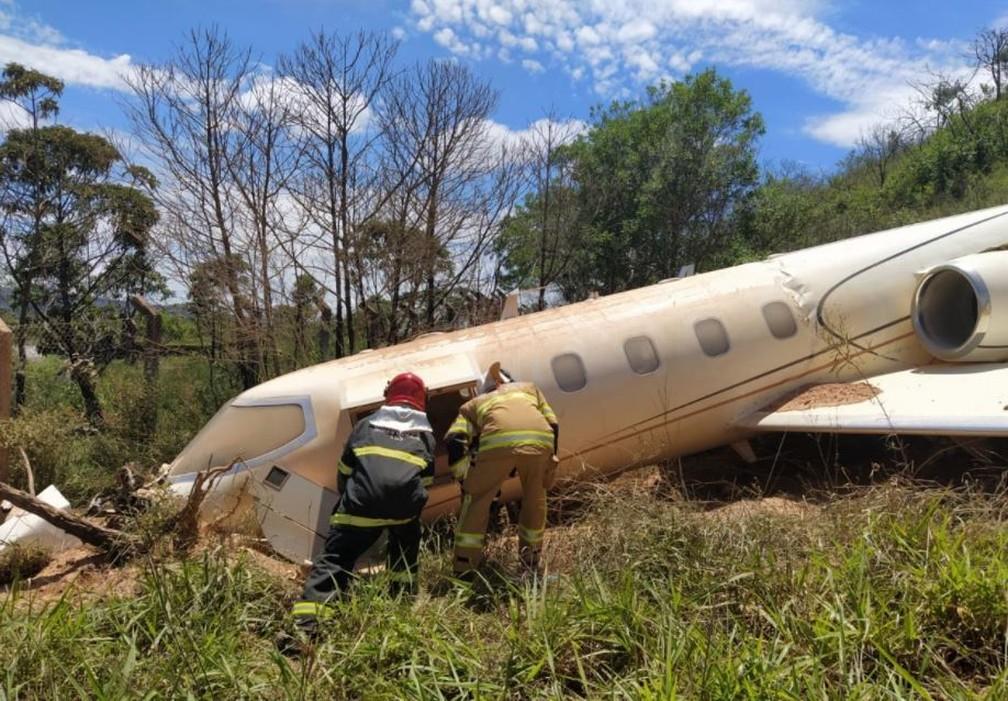 Avião caiu em ribanceira após sair de pista — Foto: Redes sociais