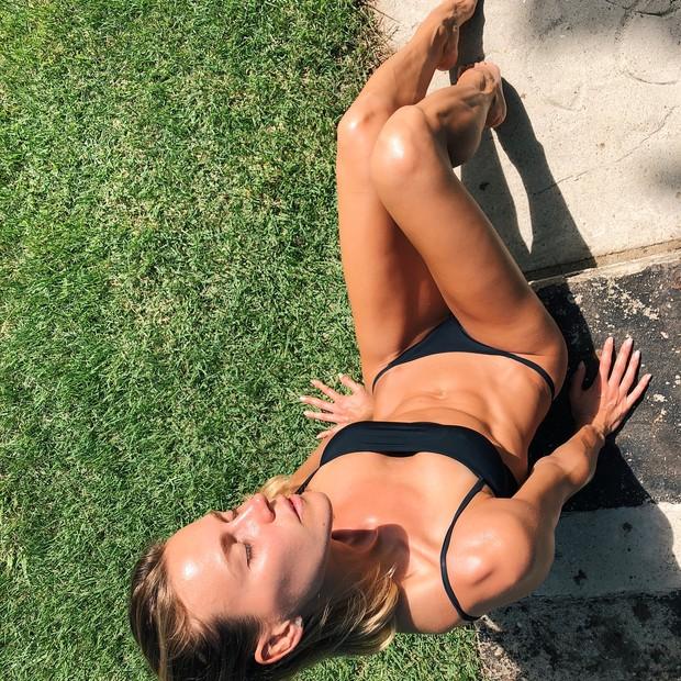 Renata Kuerten aproveita dia de praia para colocar bronze em dia  (Foto: Reprodução/Instagram)