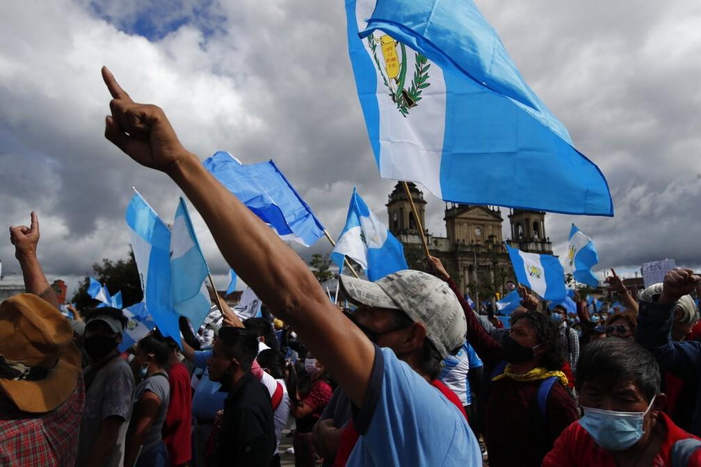 Com bandeiras da Guatemala, manifestantes pedem a saída do presidente Alejandro Giammattei neste sábado (21) — Foto: Moises Castillo/AP Photo