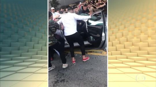Multidão agride motorista e destrói carro, no Rio de Janeiro