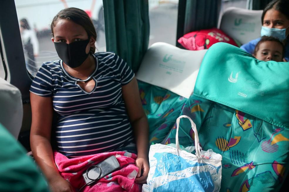 Uma mulher venezuelana grávida é vista em um ônibus durante o surto da doença por coronavírus (Covid-19) em Bogotá, na Colômbia, em abril de 2020 — Foto: Luisa Gonzalez/Reuters/Arquivo