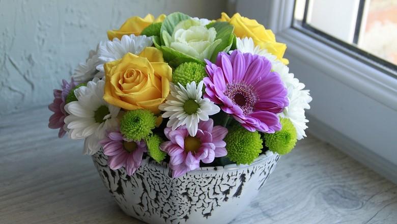 Arranjo colorido de flores decora o ambiente de forma alegre (Foto: Pixabay/Sofy43/Creative Commons)