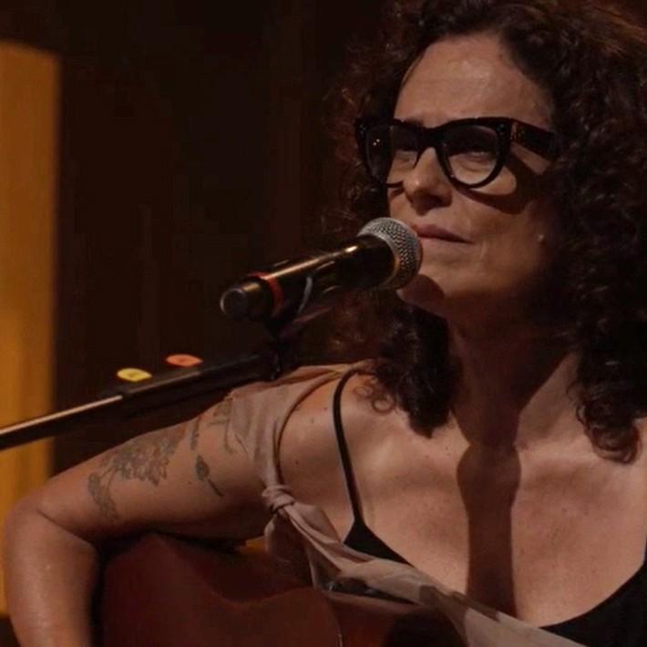 Zélia Duncan esfrega a vida na cena solidária do show 'Pelespírito'