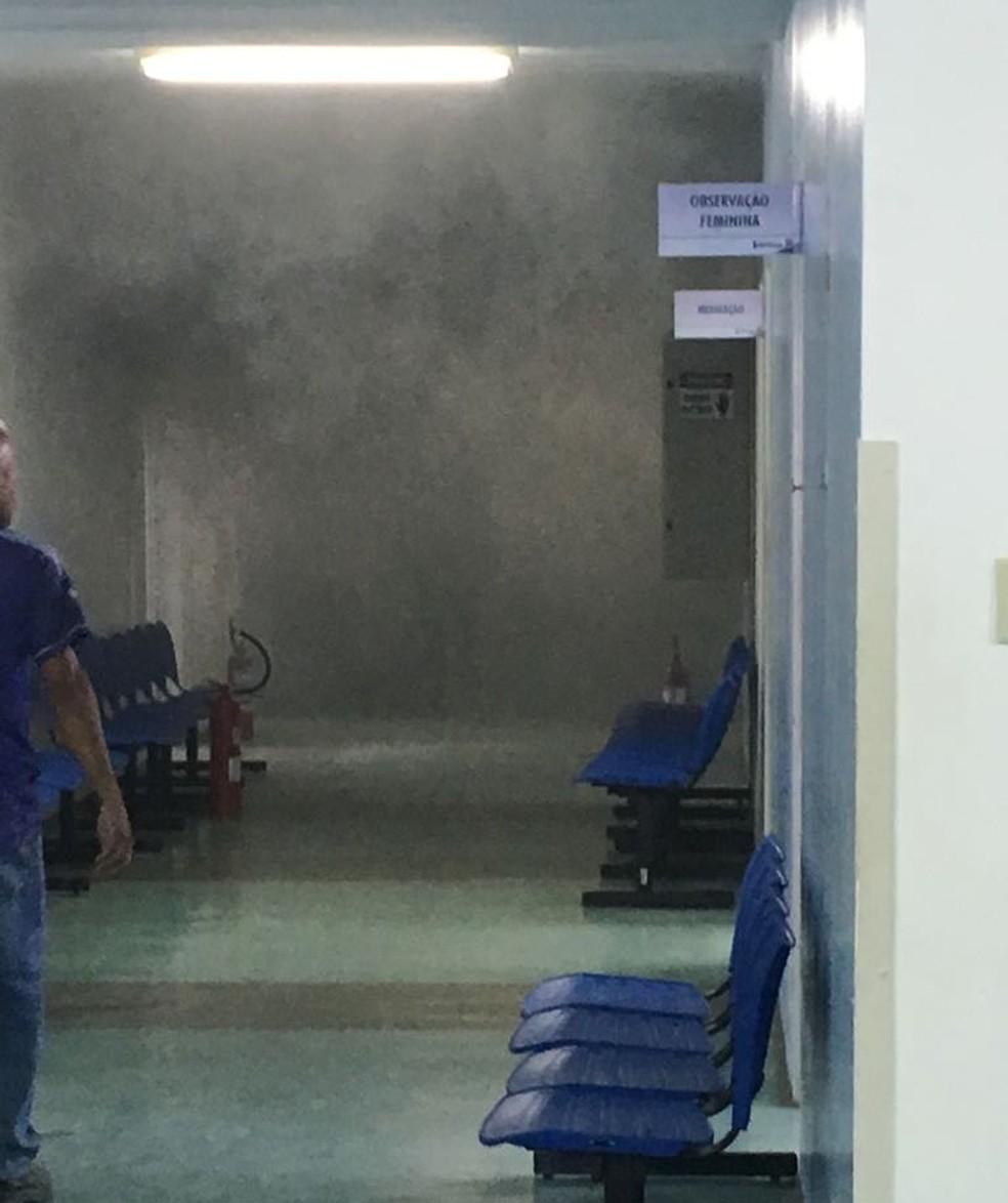 Fumaça tomou conta da UPA de Bertioga, SP, após princípio de incêndio (Foto: G1 Santos)