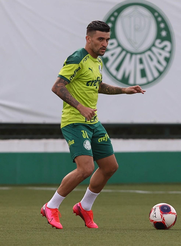 Victor Luis, durante treino do Palmeiras, na Academia de Futebol — Foto: Cesar Greco