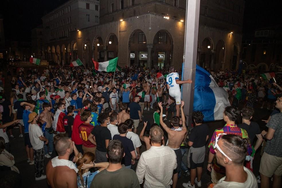 Festa da torcida italiana em Brescia — Foto: AFP
