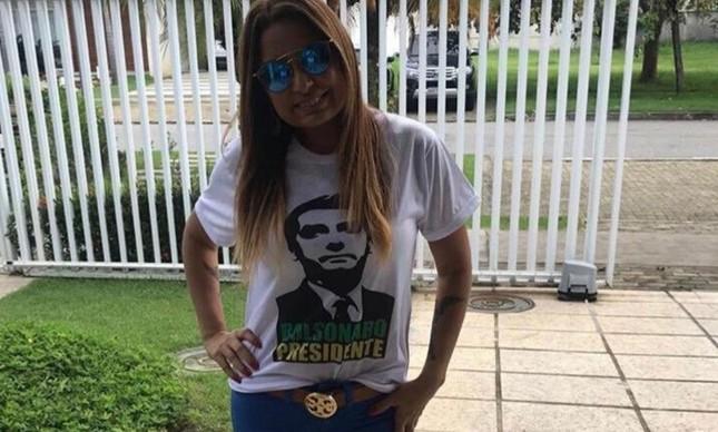 A promotora Carmen Eliza Bastos de Carvalho em campanha por Bolsonaro