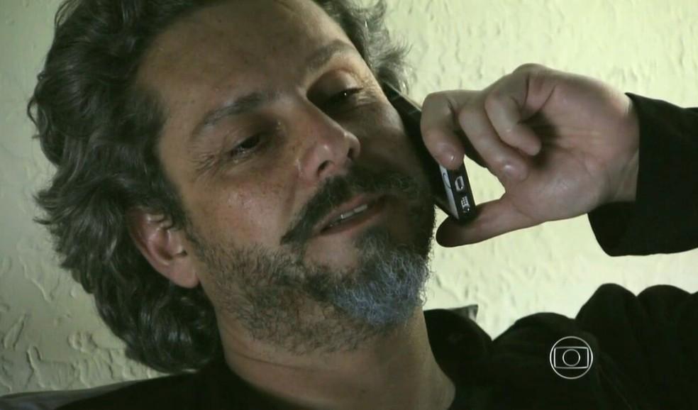 José Alfredo (Alexandre Nero) manda Josué (Roberto Birindelli) em uma missão no cemitério - 'Império' — Foto: Globo