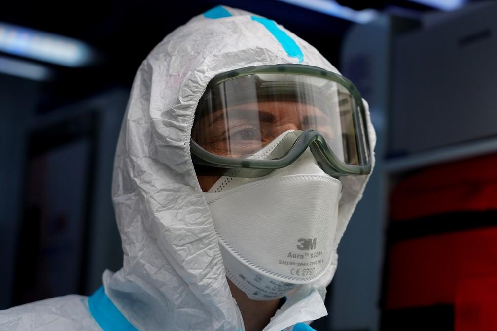 Enfermeira usa máscara do tipo PFF2 e outros equipamentos de proteção individual (EPIs) contra o coronavírus em Madri, na Espanha, no dia 3 de fevereiro. — Foto: Juan Medina/Reuters