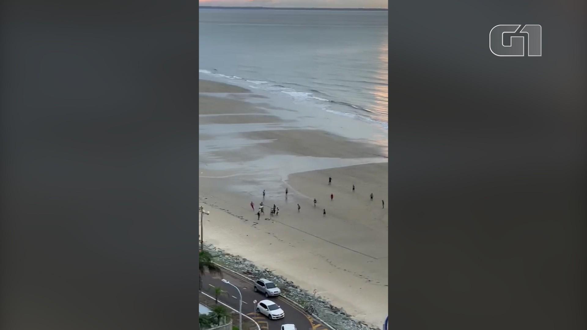 Morador denuncia grupo jogando bola em praia de São Luís enquanto deviam estar de quarentena