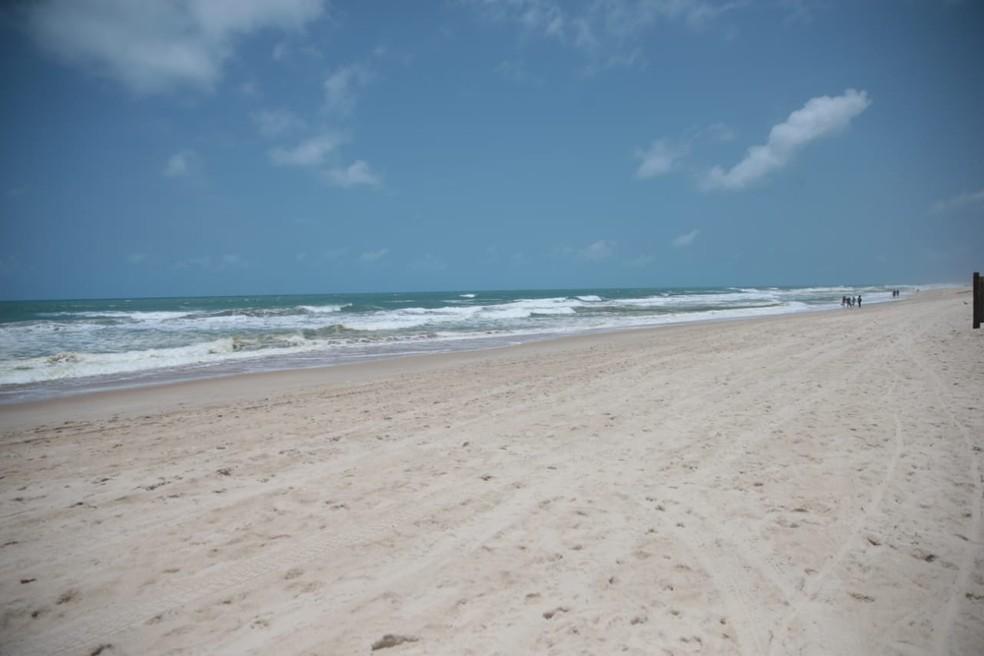 Sem barracas de praias e com proibição de aglomerar, poucas pessoas visitaram as praias de Fortaleza — Foto: Fabiene de Paula/SVM