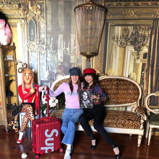Anna Dello Russo e sua mala Supreme x Rimowa. (Foto: Reprodução/Instagram)