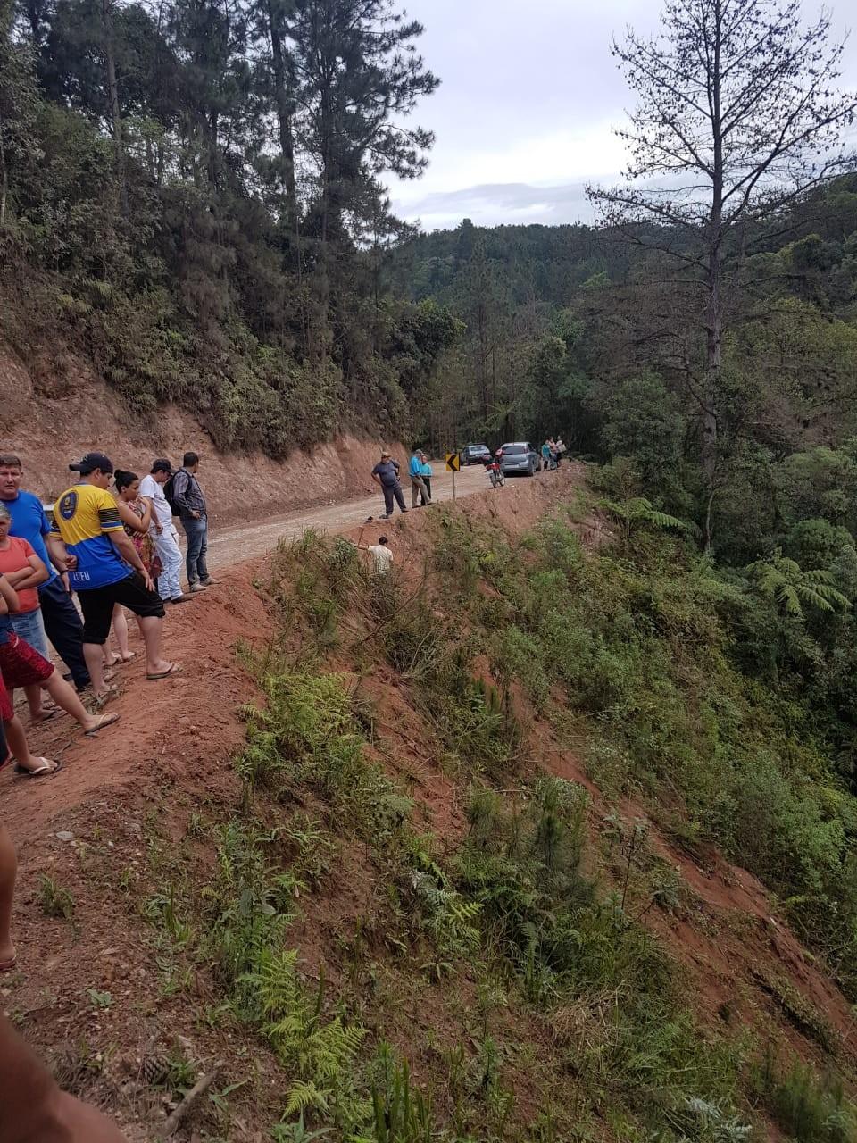 Sobe para seis o número de mortos em acidente com veículo que caiu de ribanceira na Região de Curitiba - Notícias - Plantão Diário