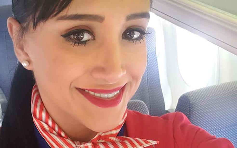 Ximena Suárez com uniforme da companhia aérea boliviana Amaszonas durante treinamento — Foto: Reprodução/Facebook