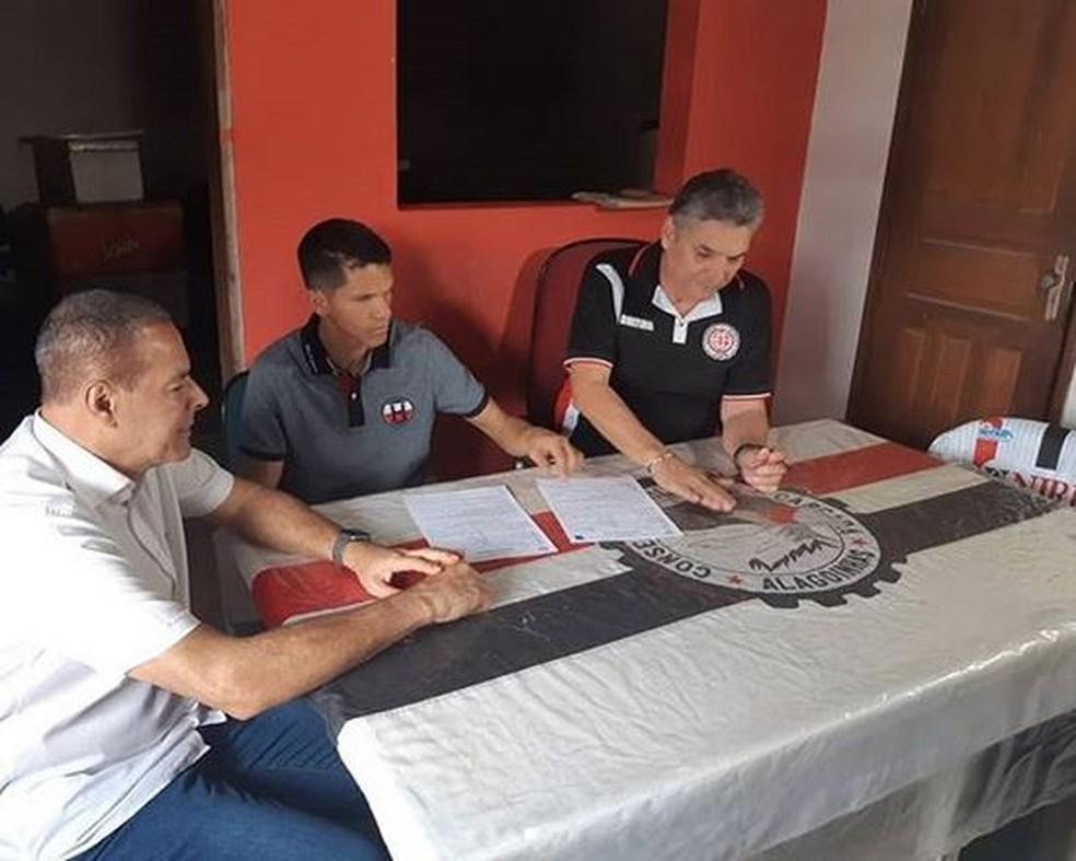 Magno Alves na assinatura de contrato com o Atlético-BA — Foto: Reprodução