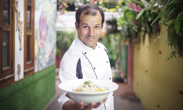 O chef Renato Costa: duas receitas para fazer emcasa