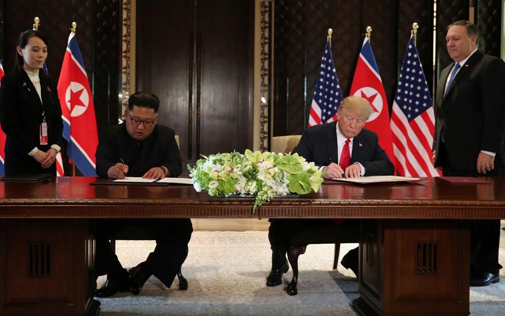 O presidente dos EUA, Donald Trump, e o líder da Coreia do Norte, Kim Jong-Un, assinam declaração conjunta em Singapura, na terça-feira (12) (Foto: Reuters/Jonathan Ernst)