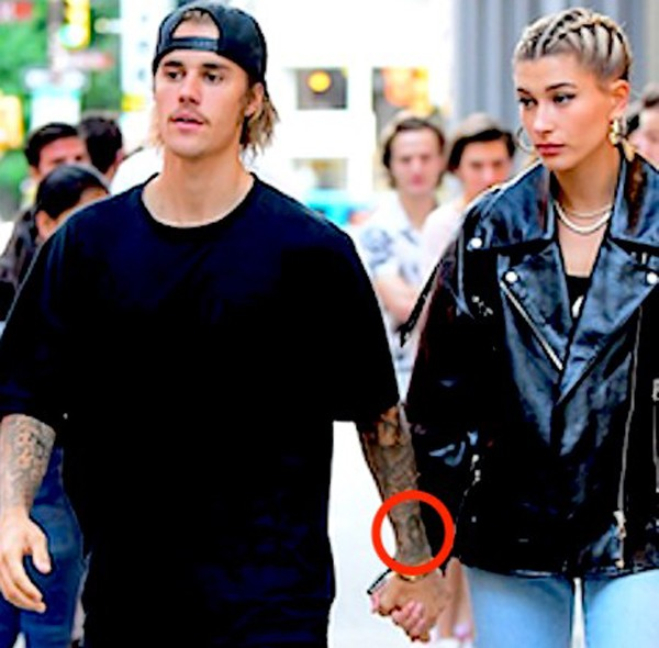 Justin Bieber ainda usa tatuagem em homenagem a Selena Gomez (Foto: The Grosby Group)